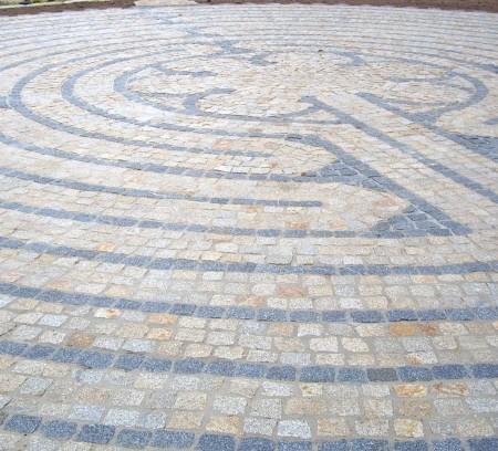 Detailaufnahme Labyrinth aus Steinen in einer Gartenanlage nach dem Vorbild der Kathedrale von Chartre geplant und realisiert durch das Architekturbüro atelier8 Barbara Jurk in Frankfurt