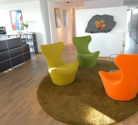 Foyerbereich eines Bürogebäudes nach Optimierung der Raumqualität durch harmonischer Feng Shui Raumgestaltung mit Errichtung eines Herzpunktes durch die Innenarchitektin Barbara Jurk vom Architekturbüro atelier8 in Frankfurt